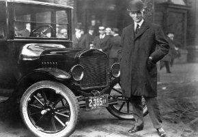Henry Ford posiert vor seinem Modell-T auch bekannt unter dem Namen Tin Lizzy