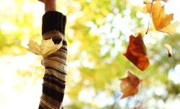 Herbstzeit: Eine Frau im Wald