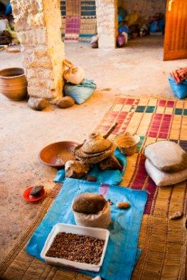 Herstellung von Arganöl - Arbeitsplatz der Berberinnen