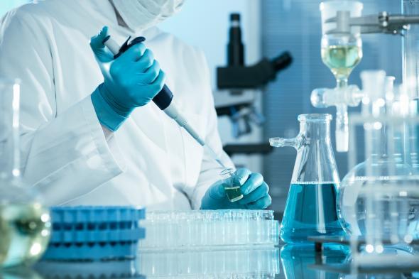 Wissenschaftler arbeitet in einem speziellen Labor der Kardiologie.