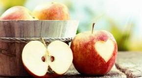 Herzapfel auf einem Gartentisch