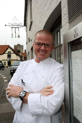 "Heston Blumenthal vor seinem Restaurant ""The Fat Duck"" in Bray, Berkshire"