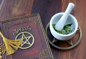 Hexenbuch mit Pentagramm und Mörser