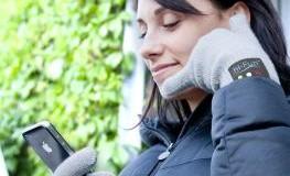 Junge Frau mit den hi-Call Telefonhandschuhen