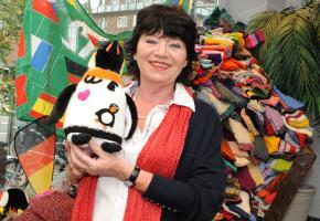 Angelika Regenstein mit tausenden Strickanzüge für Pinguine