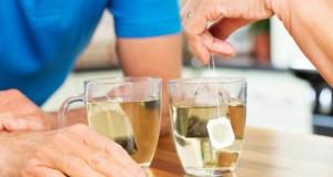 Älteres Ehepaar bereitet Tee zu