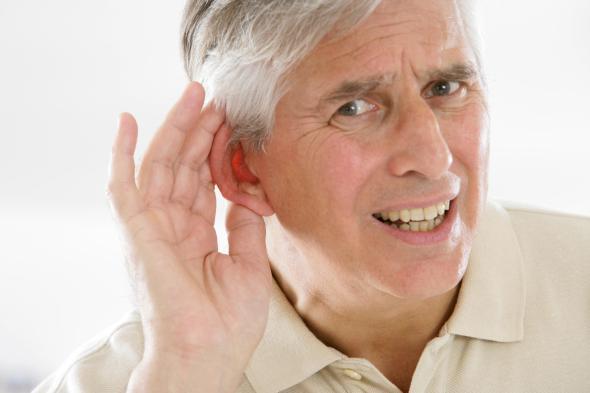 Senioren die unter Gehörverlust leiden, haben auch Probleme mit dem Gedächtnis.