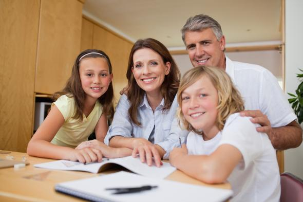 Homeschooling: Eltern geben ihren Kinder Schuluntericht in den eigenen vier Wänden.