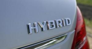 Auto mit einem Hybridantrieb.