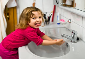 Hygienehysterie: Mädchen wäscht die Hände