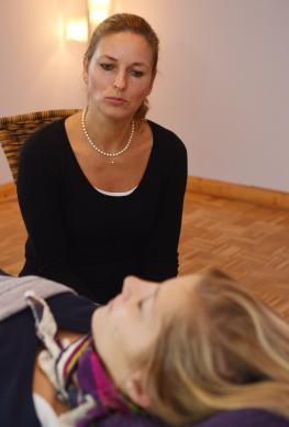 Hypnose-Expertin Kerstin Gundemann in ihrer Praxis in Bremen