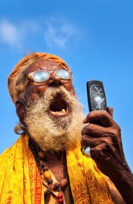 Inder setzen Prioritäten - das Handy ist wichtiger als ein Klo