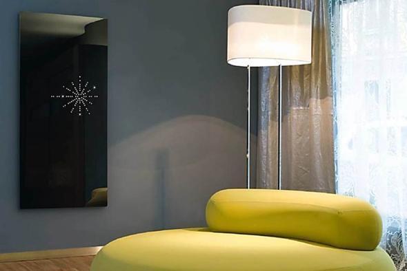 Wohnzimmer mit einer Infrarotheizung an der Wand.
