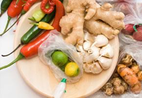 Ingwer und Chili und anderes frisches Gemüse
