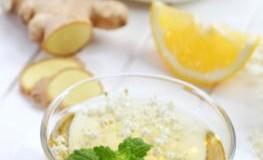 Eine Tasse Tee mit frischen Ingwer und Zitrone