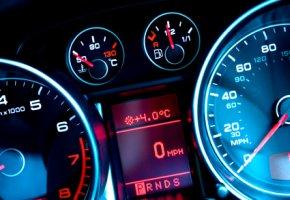 Interieur - Amaturenbrett und digitale Anzeigen vom Auto