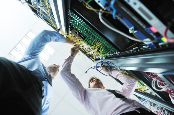 IT-Experten arbeiten an RAQ-Webservern.