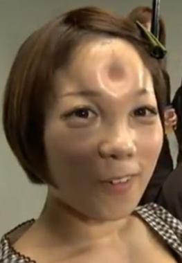 Japanerin mit einem Bagel Head auf der Stirn