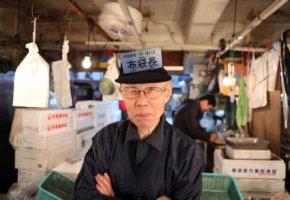 Japanischer Fischer auf dem Fischmarkt Tsukiji
