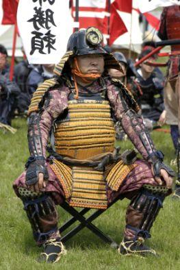 Japanischer Samurai mit traditioneller Rüstung