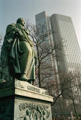 Statue Johann Wolfgang von Goethe - im Hintergrund der Eurotower der Europäischen Zentralbank