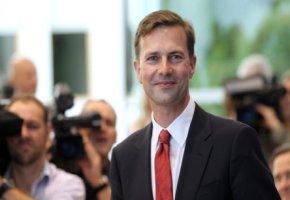 Steffen Seibert auf dem Weg zur Bundespressekonferenz