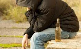 Teenager mit Zigaretten und einer Flasche Bier