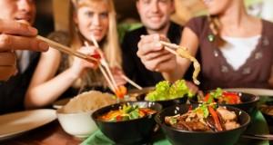 Fremde Menschen geniessen das Essen zusammen