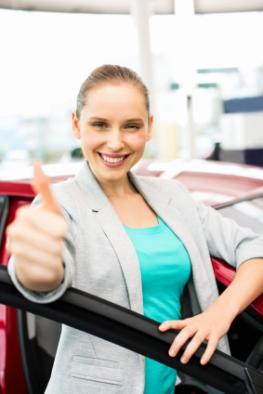 Junge Frau kauft ein neues Auto