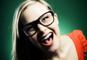 Junge Frau mit einer Wayfarer Brille
