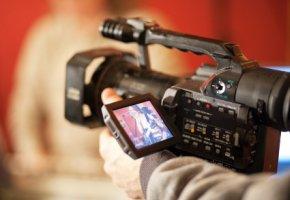 Junge Menschen lassen sich im Fernsehen casten