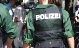 Junge Polizeischülerin bei der Ausbildung