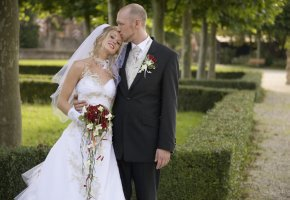 Junges Ehepaar nach der Trauung
