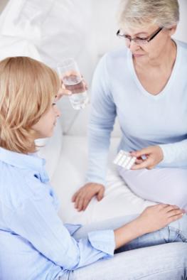 Junges Mädchen leidet unter Migräne - der neue Wirkstoff Rizatriptan soll helfen.