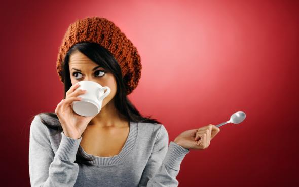 Junge Frau trinkt eine Tasse Kaffee.
