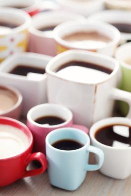 Jede Menge Kaffeetassen mit Espresso