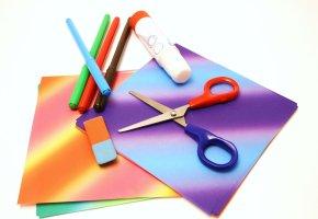 Karten, Farben und Kleber zum Basteln