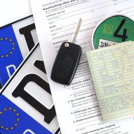 Gebrauchtwagen kaufen - Kfz-Kaufvertrag mit Kennzeichen und Kfz-Brief