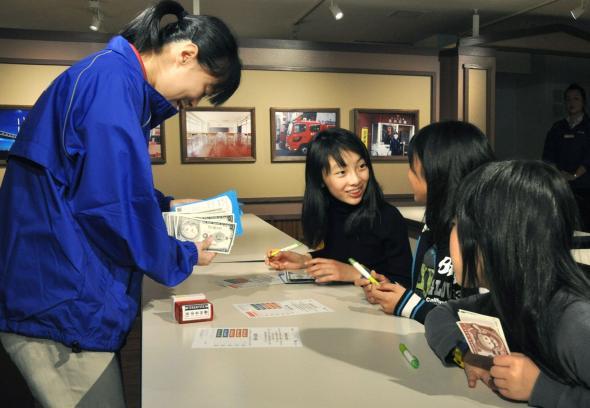 Japanische Kinder füllen bei Kidzania eine Steuererklärung aus.