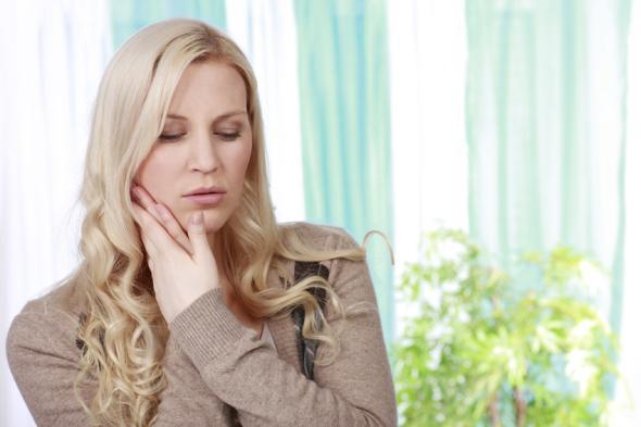 Wer unter Kieferschmerzen leidet, sollte schnellstmöglich einen Kieferchrirugen aufsuchen.