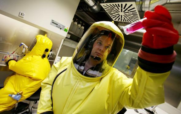 Biolaboranntinnen arbeiten in Schutzanzügen im BSL 4-Labor der Uni Marbung.