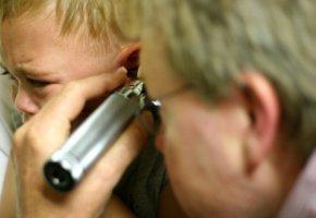 Der HNO-Arzt untersucht ein Kind - Mittelohrentzündung