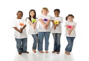 Kinder schenken Blumen zum Muttertag
