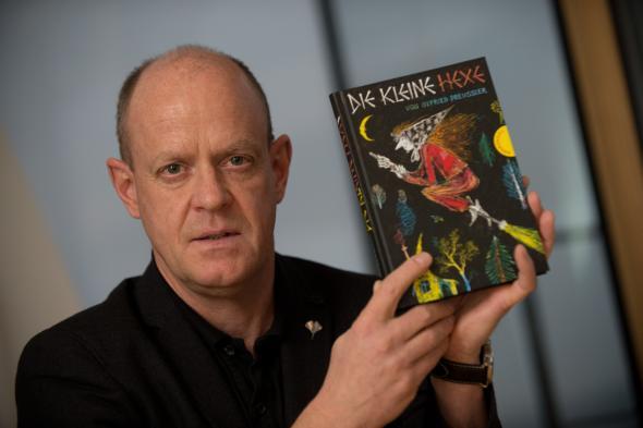 """Klaus Willberg, Geschäftsführer der Thienemann Verlag GmbH - mit dem Kinderbuch """"Die kleine Hexe"""""""