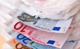 Ein Stapel Wiindeln mit Euro-Scheinen