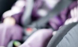 Kindersitz - ein Kind im Auto