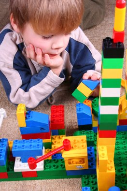 Kinderspielzeug: Junge spielt mit seinen Duplo-Legosteinen