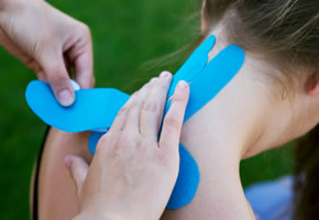 Kinesio-Tapes auf dem Nacken auflegen