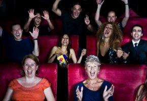 Filmklassiker: Kinozuschauer schauen gespannt einen Film an