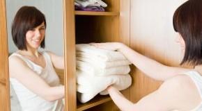 Kleidung wird in den Kleiderschrank eingeräumt